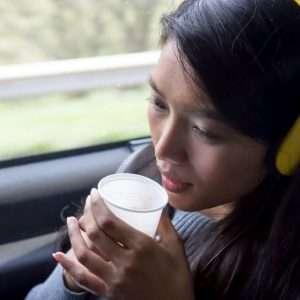 نوشیدن آب به ما کمک می کند تا بتوانیم در حین سفر در اتوبوس استراحت  کنیم