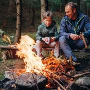 کمپینگ و دورهمی کنار آتش در فصل پاییز